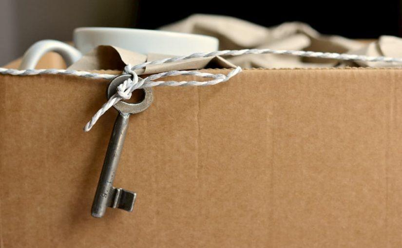 clé attachée à un carton