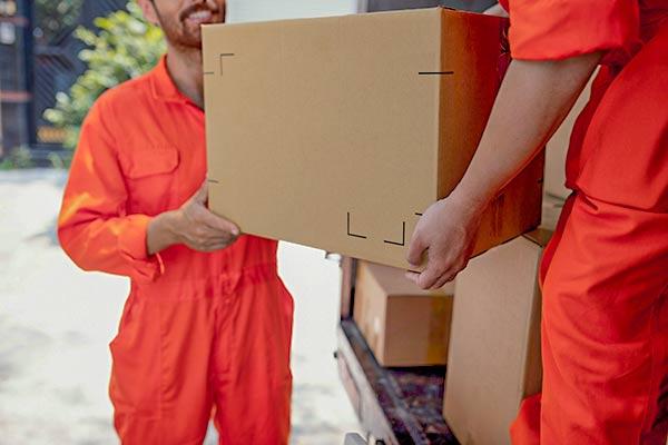 hommes-professionnels-demenageant-cartons